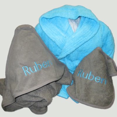 Pakket Ruben : bestaat uit badjas badstof kind, slab en baby cape – richtprijs 75 Euro