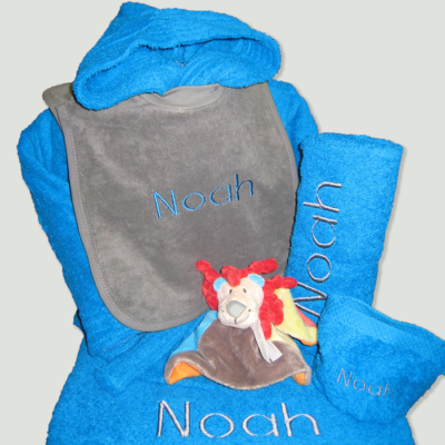 Pakket Noah : bestaat uit badjas badstof kind, slab, handdoek, douchelaken, washandje en Happy Horse knuffel – richtprijs 122 Euro