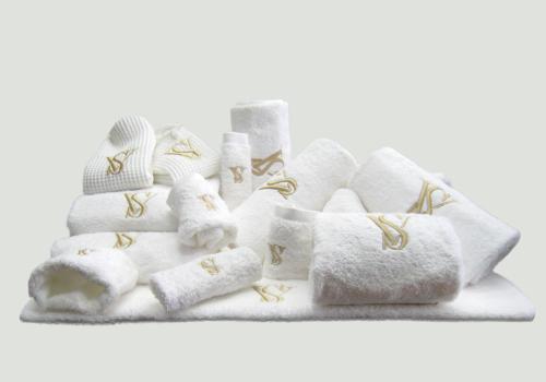 Pakket monogram goud : bestaat uit douchelaken, 6 handdoeken, 5 washandjes en 2 gastendoeken –  richtprijs 192 Euro