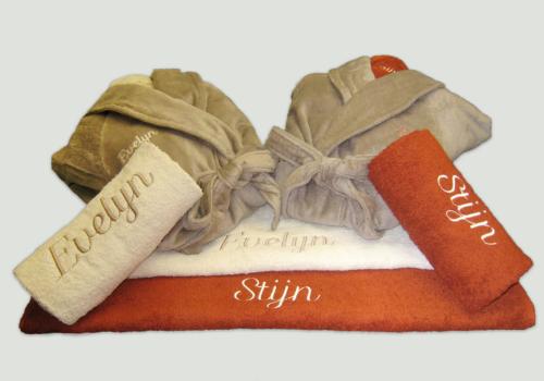 Pakket Evelyn & Stijn : bestaat uit 2 douchelakens, 2 handdoeken en 2 badjas vloer volwassen – richtprijs 232 Euro