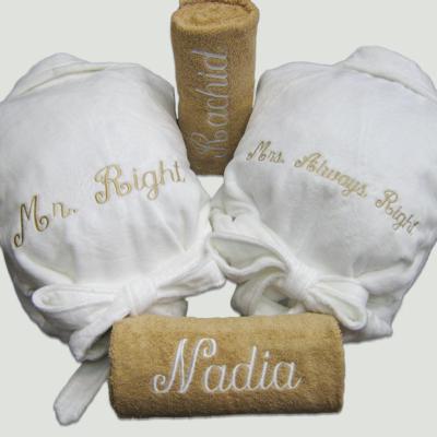 Pakket Mr. right & Mrs. always right : bestaat uit 2 badjas badstof en 2 douchelakens – richtprijs 196 Euro