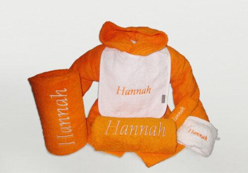 Pakket Hannah : bestaat uit badjas badstof kind, slab, 2 douchelakens, washandje en gastendoek - richtprijs 123 Euro