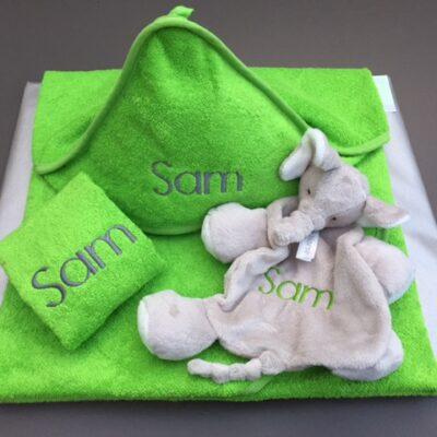 Pakket Sam: bestaat uit 1 babycape, 1 washand , 1 knuffel Happy Horse - richtprijs 60 Euro