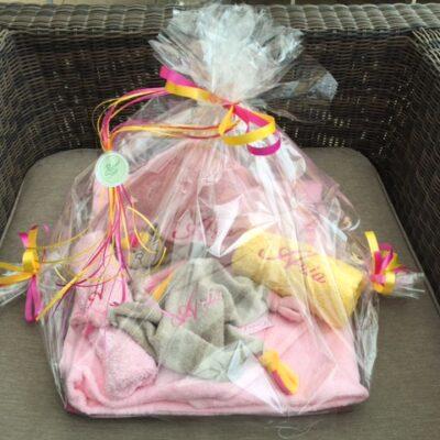Pakket Aria: bestaat uit babycape, knuffel Funnies, washand, handdoek - richtprijs: 71,50 Euro