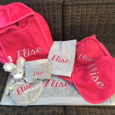 pakket Elise: bestaat uit badjas badstof - 2 slabben - 2 washandjes - gastendoekje - babycape - tutpopje happy Horse - richtprijs 147,80 euro